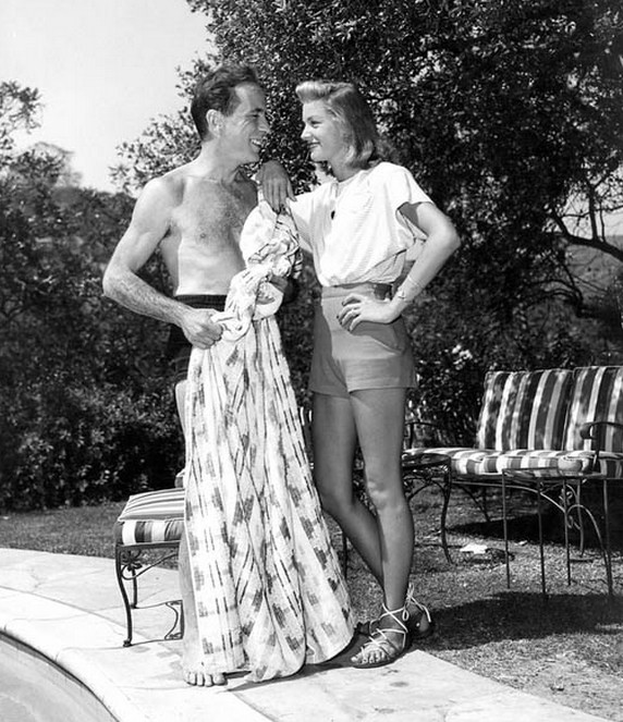 Humphrey-Bogart-and-Lauren-Bacall-at-home-by-the-pool.