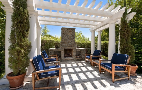 1424367368-channing-tatums-outdoor-fireplace-945add
