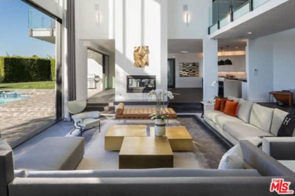 gallery-1452278486-john-legend-and-chrissy-teigen-beverly-hills-real-estate-living-room-4