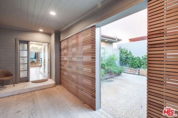 1474386336-syn-edc-leo-dicaprio-lists-home-for-sale-in-malibu-ca-entryway