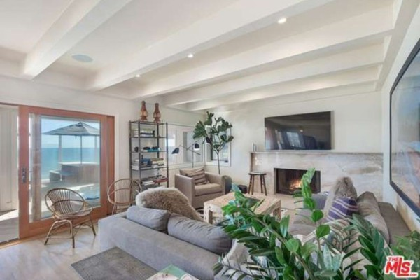 1474386337-syn-edc-leo-dicaprio-lists-home-for-sale-in-malibu-ca-fireplace