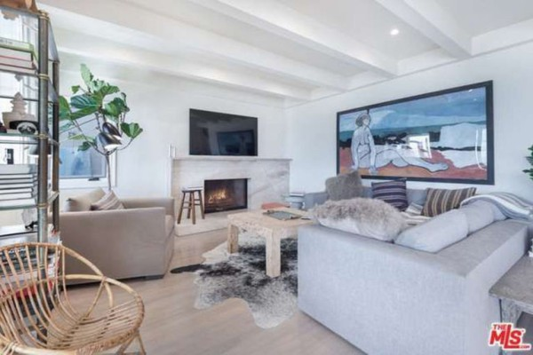 1474386338-syn-edc-leo-dicaprio-lists-home-for-sale-in-malibu-ca-living-room
