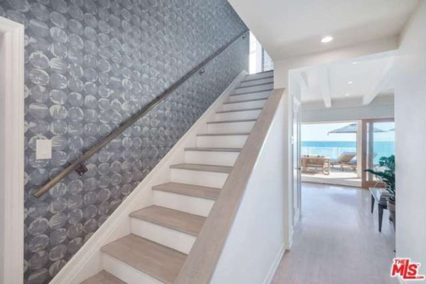 1474386341-syn-edc-leo-dicaprio-lists-home-for-sale-in-malibu-ca-foyer