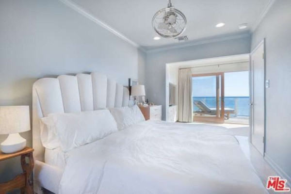 1474386343-syn-edc-leo-dicaprio-lists-home-for-sale-in-malibu-ca-master-bedroom-vuew