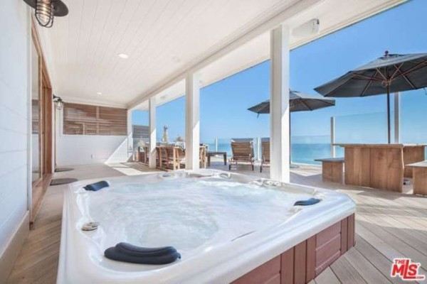 1474386344-syn-edc-leo-dicaprio-lists-home-for-sale-in-malibu-ca-hot-tub