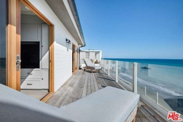 1474386345-syn-edc-leo-dicaprio-lists-home-for-sale-in-malibu-ca-second-floor-balcony