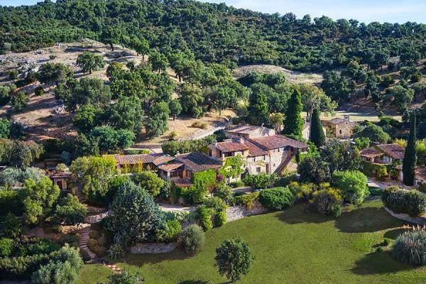 item0.rendition.slideshowHorizontal.johnny-depp-estate-village-france-aerial-1